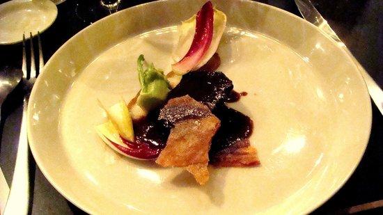 La Buvette : Boeuf confit, chicons et trévise, sauce datte et chips au curry