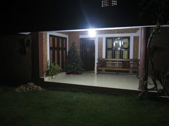 Tharavadu Homestay: Entrance in the night