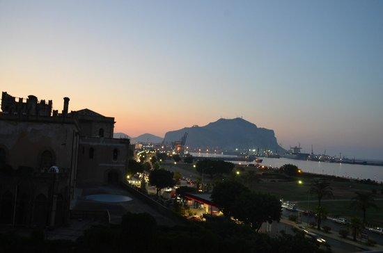 NH Palermo: Вид из номера с 4-го этажа вечером