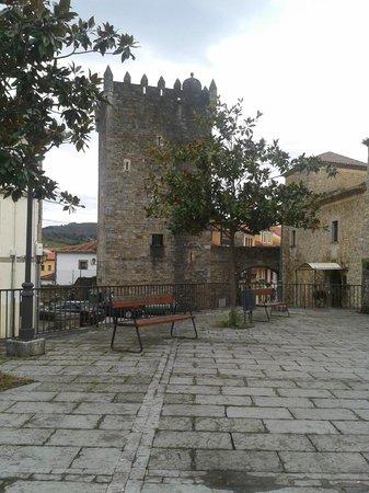 Castillo Valdes Salas: Torre del museo y parte del hotel