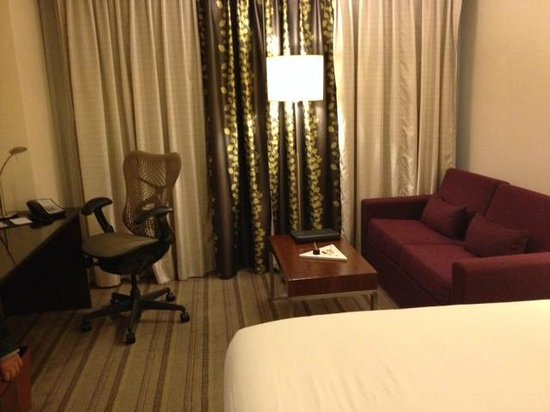 Hilton Garden Inn New Delhi / Saket: Lounge and work desk