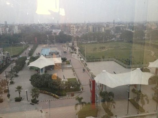 Hilton Garden Inn New Delhi / Saket: Outside view from hotel window