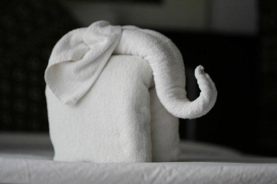 Phi Phi Andaman Legacy: Слоник на кровати