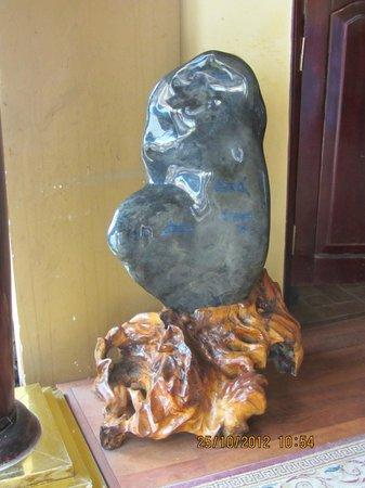 Chau Long Sapa Hotel: Giant Stone piece in hotel lobby