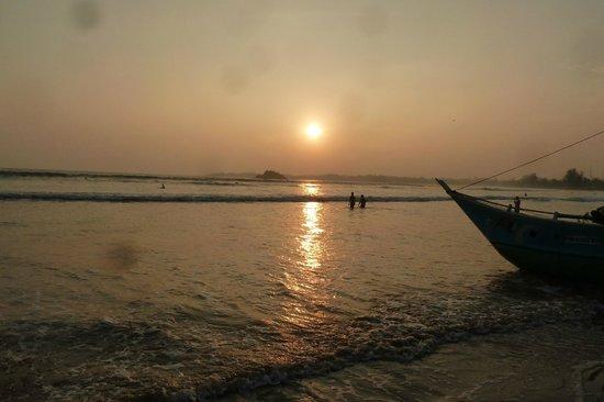 Weligama Bay Resort: The Beach sunset