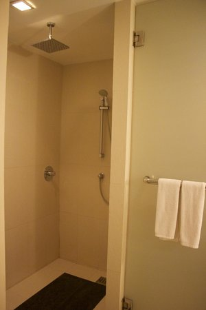 Hotel Solo Sukhumvit 2: Shower area