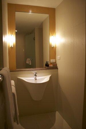 Hotel Solo Sukhumvit 2: Bathroom vanity area