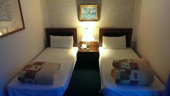 Nan Pao Hotel: 兩張小床