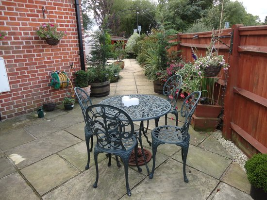 Tudor Rose Bed and Breakfast: GARDEN