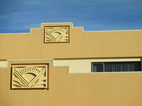 Deco City Motor Lodge: Art Deco details on the building