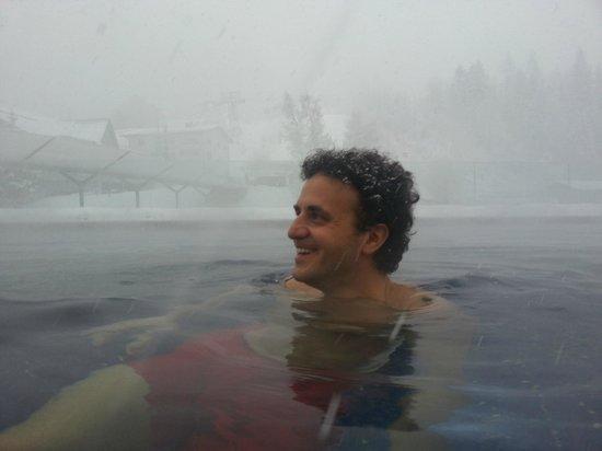 Cavallino Bianco Family Spa Grand Hotel: swimming pool con la neve