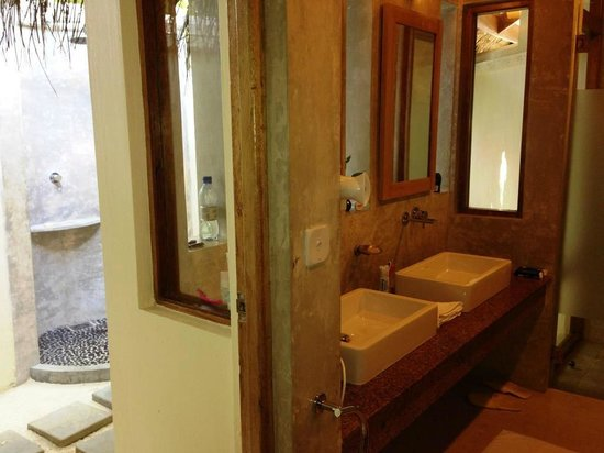 Maafushivaru: Salle de bain avec douche extérieure
