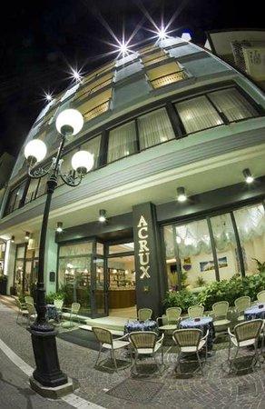 Hotel Acrux: Esterno notturno