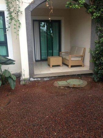 Gran Melia Palacio de Isora Resort & Spa: Street facing garden room - dark, damp and unfinished