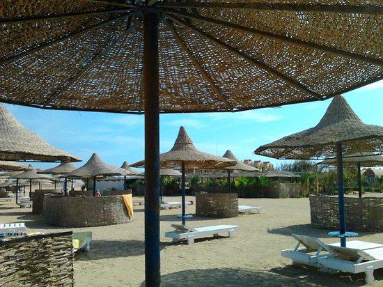 Pensee Royal Garden: Зонтики на пляже