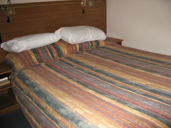 Garden Motor Inn : Bed