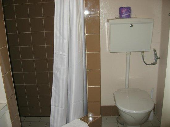 Garden Motor Inn : Bathroom