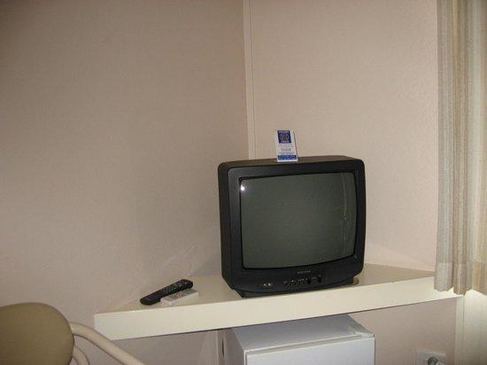 Garden Motor Inn : Older style TV