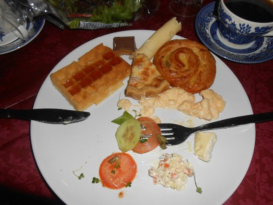 Elas Guest House: Um café da manhã farto com frutas e comidas típicas.