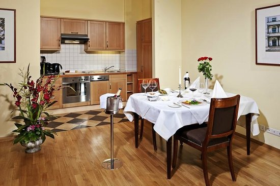Louisa's Place : Suite living room with kitchen