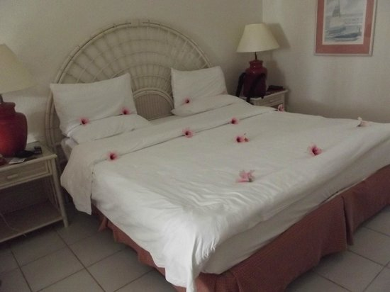 St. Lucian by Rex Resorts : Flowers on the bed
