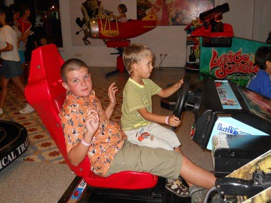 Belconti Resort Hotel: Есть даже игровые автоматы. Дети ох как любят играть, да и самим интересно.