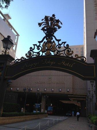 Nagoya Tokyu Hotel : 道路からの外観(高級感あり)