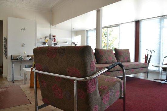 motel Mi Pi CHi: Sofa gegenüber der Rezeption