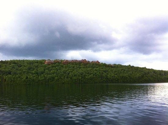 Hotel Sacacomie: l'hôtel vue du lac