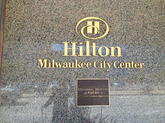 Hilton Milwaukee City Center: ホテルの正面にあるプレート