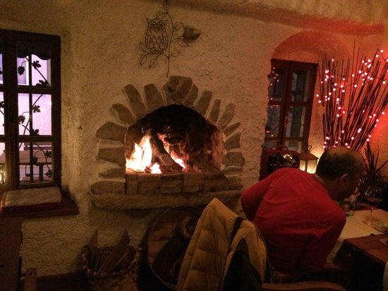 Avlu Bistro & Bar : family in front of fireplace