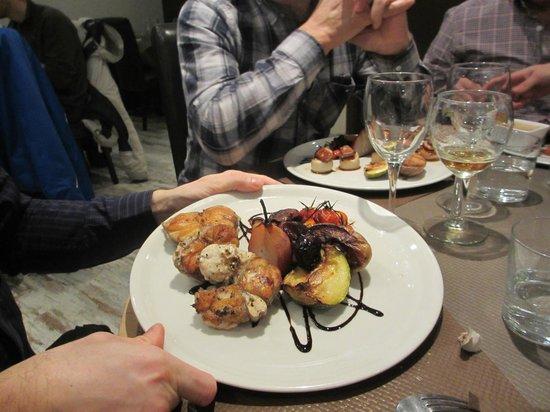la cas'a Tom : lotte trop cuite et mélange de reste de légumes et de poire au vin dessert du midi!
