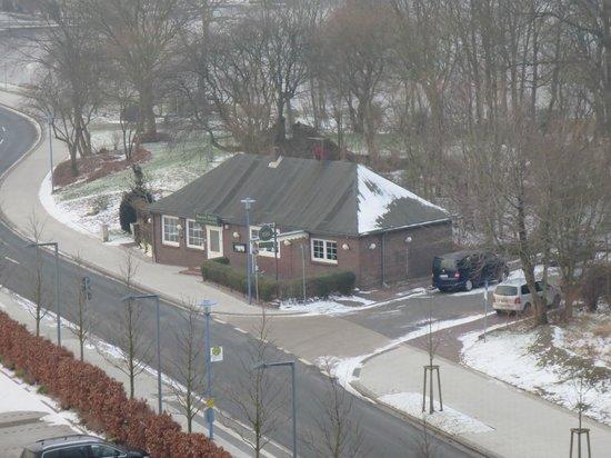 """ATLANTIC Hotel Wilhelmshaven: Blick aus den Fenster auf die Kneipe """"Bantorfer Ruine"""""""