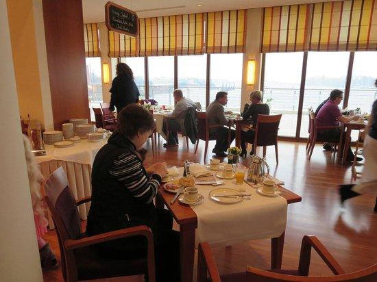 ATLANTIC Hotel Wilhelmshaven: Im Frühstücksraum