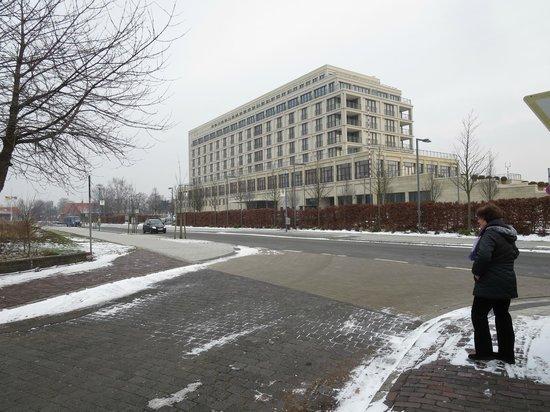 ATLANTIC Hotel Wilhelmshaven: Blick von der Straße auf das Hotel