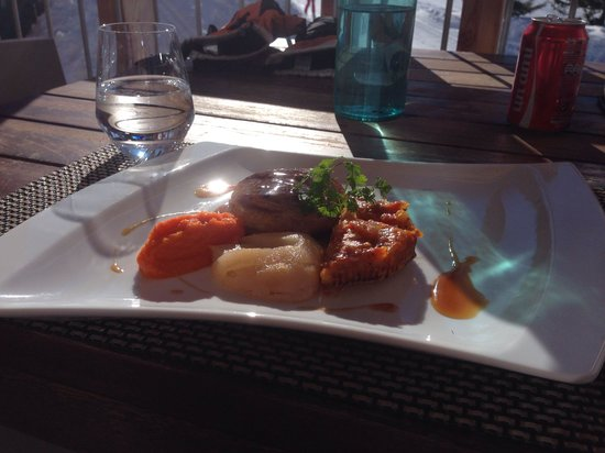 Aiguille Grive: Plat du jour: tournedos de canard +poire pochee aux epices + puree de carottes + petite tarte au