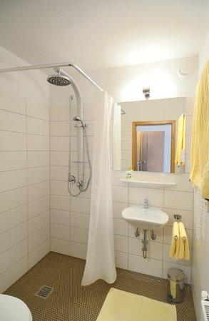 Hotel Waldachtal: Bad im Gästehaus im Himmelreich