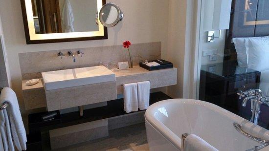 Trident Hyderabad: Awesome bathroom