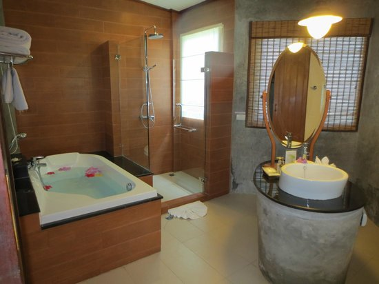 Aonang Phu Petra Resort, Krabi Thailand: Impressive bathroom