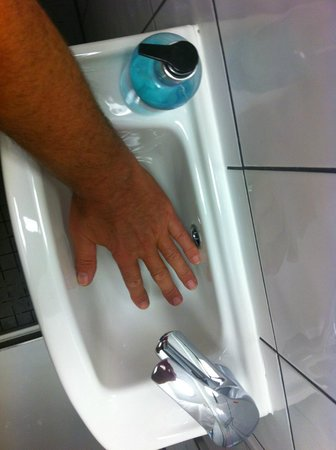 Angus Hotel: rather small sink