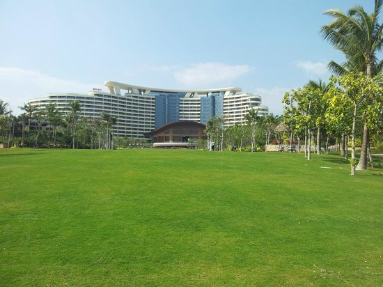 InterContinental Sanya Haitang Bay Resort : Hotel lawn
