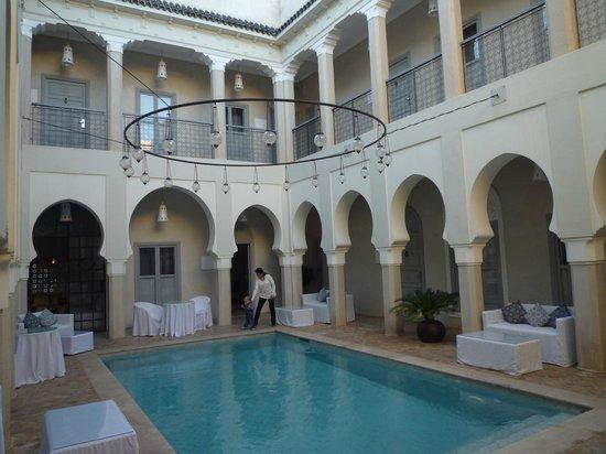 Riad Nashira & Spa : cour piscine