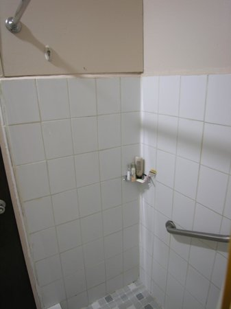 Grand Bahia Ocean View Hotel: Outdated Bathroom needs to be gutted!