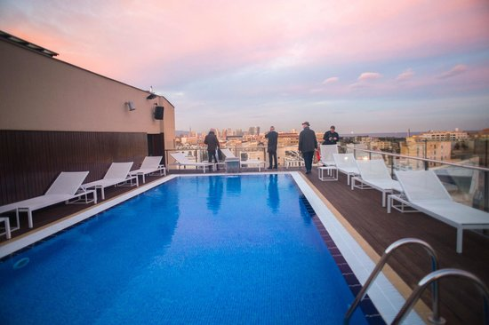 H10 Marina Barcelona Hotel: Roof top swimming pool at sunset