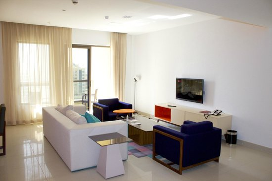 Hawthorn Suites by Wyndham Dubai, Jbr : living room