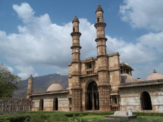 Pavagadh, Hindistan: masjid and far left temple above the hill