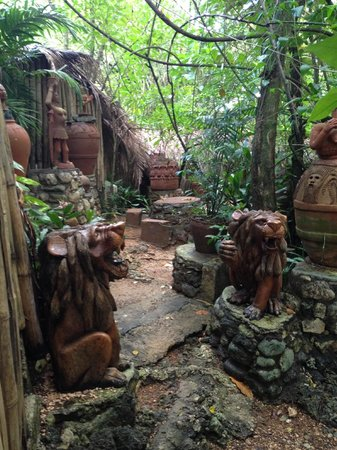 Great Huts : Carvings