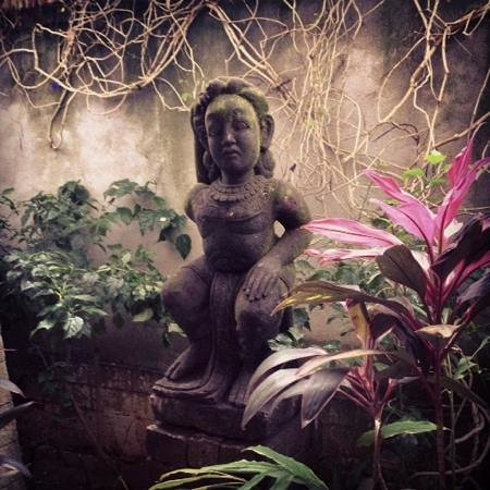 Sudamala Suites & Villas : Beautiful statues around the resort