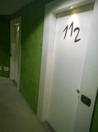 Hotel Pergola: uno dei corridoi arredato con gusto e ironia