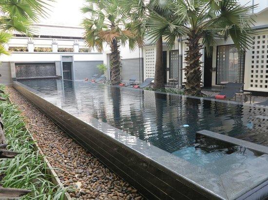 Shinta Mani Angkor: the pool near the downstairs bar